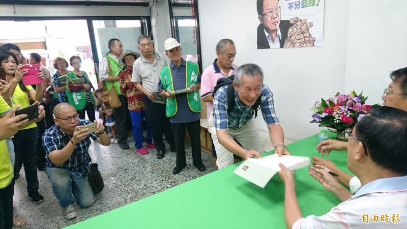 扁迷排隊向陳水扁要簽名。(記者楊金城攝)