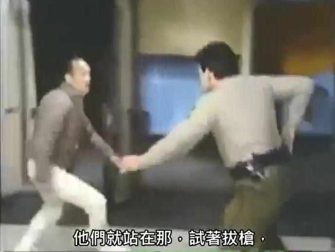 警察面對可疑嫌犯。(記者劉慶侯翻攝自Youtube)