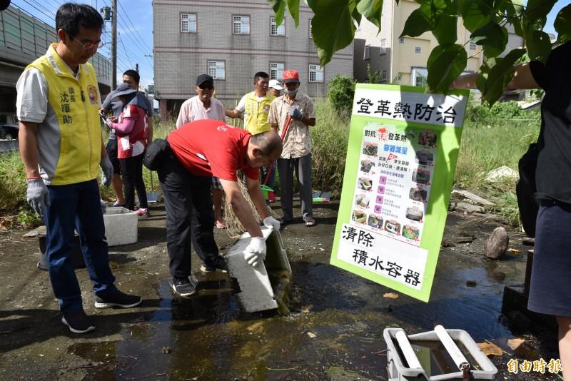 斗南鎮公所啟動社區清潔日加強清倒積水容器,不讓登革熱入侵。(記者黃淑莉攝)