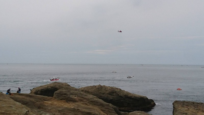 象鼻岩附近海域驚傳潛水客失蹤,救難人員陸海空全面搜救(。記者吳昇儒翻攝)