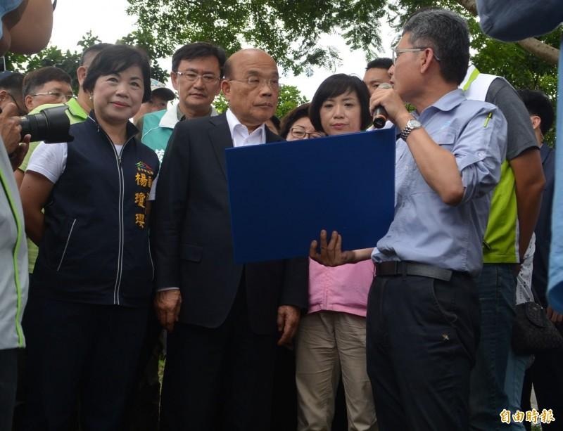 行政院長蘇貞昌(左2)今天到大里視察,由水利署長賴建信(右1)說明旱溪「大康橋計畫」,允諾20多億經費中央全力支持。(記者陳建志攝)