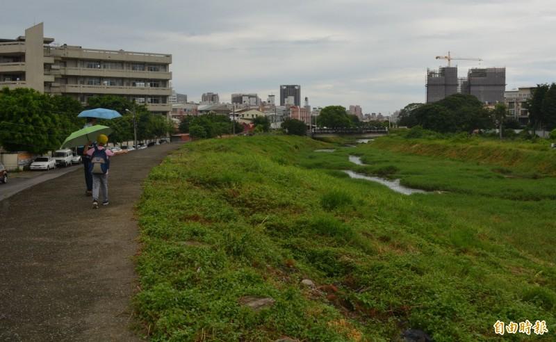 水利署三河局推動旱溪「大康橋計畫」,鷺村橋到日新橋間河段今年10月前將完成發包,動工打除土堤,營造親水環境。(記者陳建志攝)