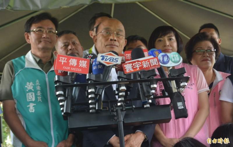 鐵路警察李承翰執勤遭刺,不幸往生,行政院長蘇貞昌(左二)表示將給予最優撫卹,同時增加鐵路警察警力。(記者陳建志攝)