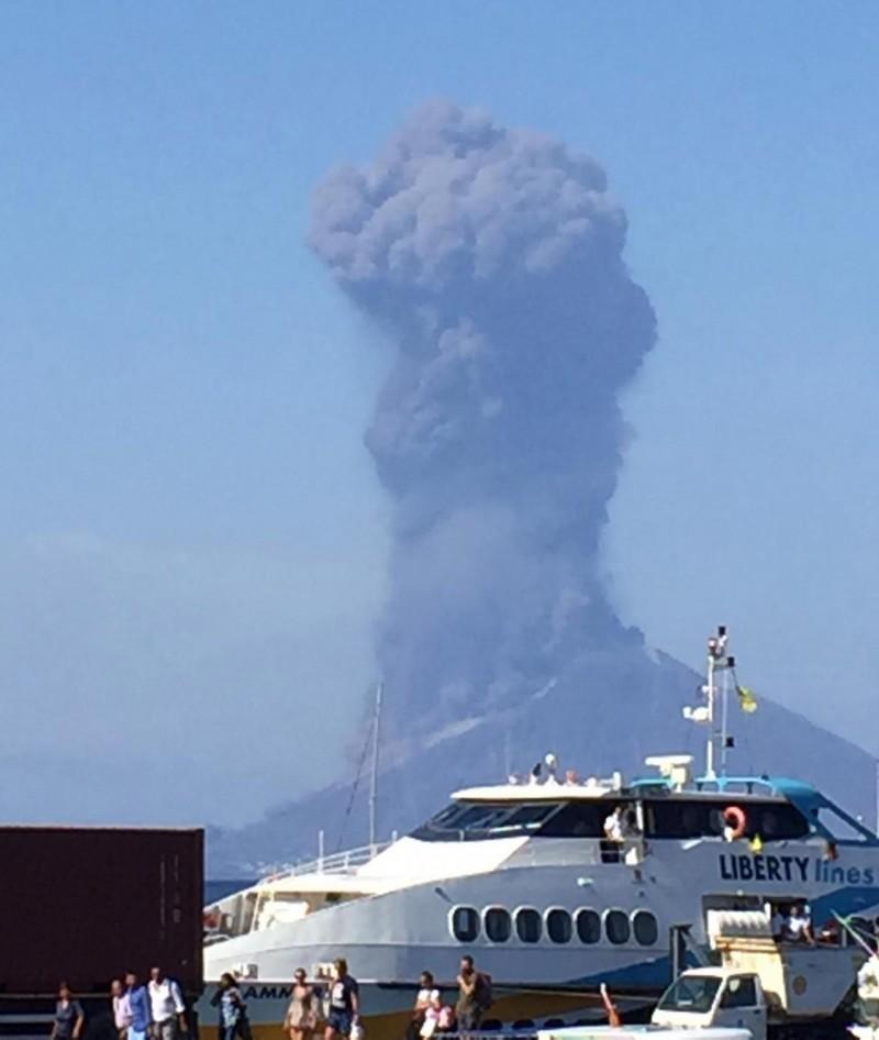 義大利斯特龍伯利島(Stromboli)上一座火山昨天激烈噴發,煙柱高達2000公尺,多人跳海求生。(歐新社)