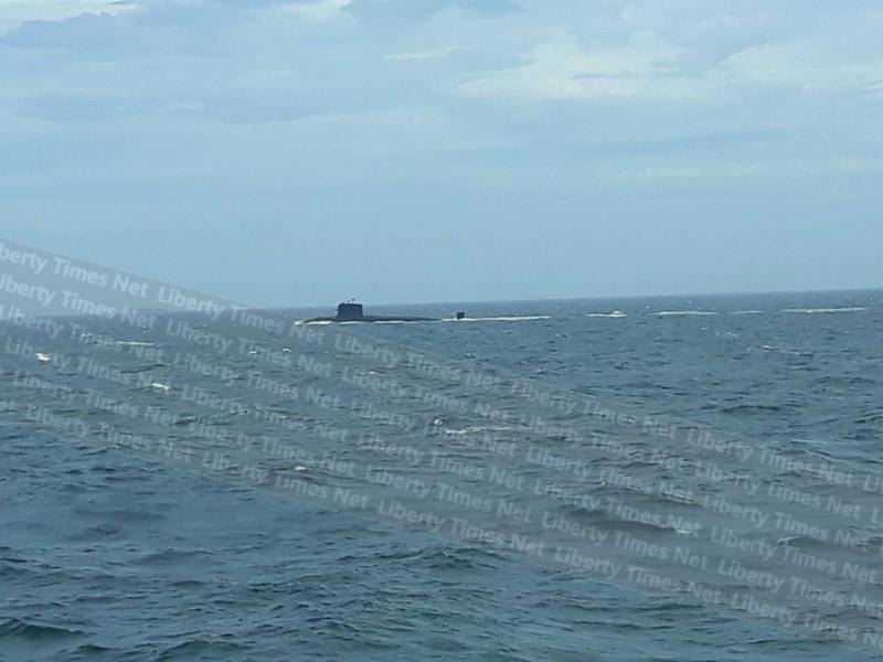 負責運輸台灣與馬祖交通船「台馬之星」今天下午1點15分左右剛剛駛出東引中柱港不到半小時,就有旅客發現不明國籍潛艇浮出海面。(圖為熱心民眾提供)