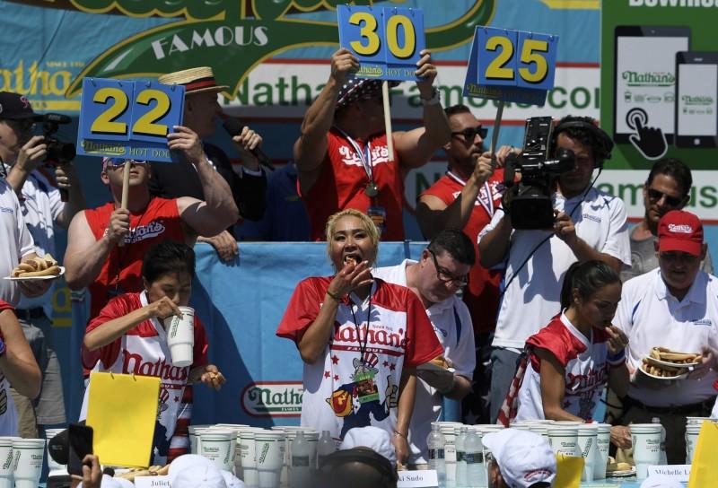 紐約康尼島的那桑斯吃熱狗堡比賽是美國國慶日的一大亮點之一,女子組由須藤(中)完成6連霸紀錄。(美聯社)
