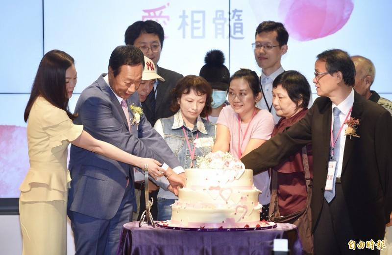 前鴻海集團董事長郭台銘(左二)4日與妻子曾馨瑩(左一)出席「台成細胞治療中心」記者會,郭台銘強調未來若當選總統,會繼續發展智慧醫療,並發展照護事業,成為台灣未來十大產業之一。兩人在會中與病友共切蛋糕,歡慶重生。(記者羅沛德攝)
