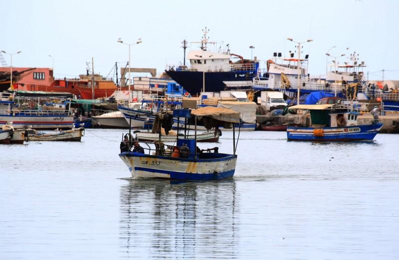 這艘難民船在當地時間週三晚間從利比亞祖瓦拉(Zuwara)出發前往歐洲,但在突尼西亞傑爾吉斯(Zarzis)外海翻覆沉沒。圖為漁船駛進突尼西亞傑爾吉斯港口。(法新社)