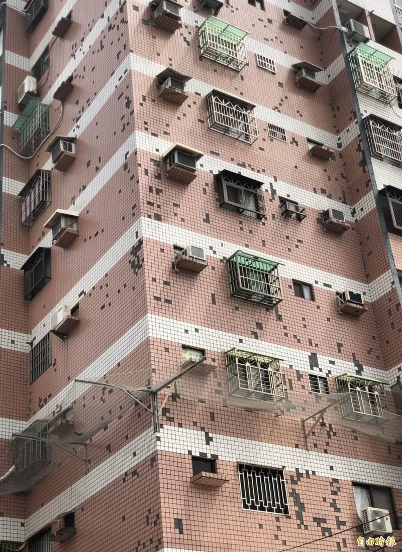 彰化市一棟公寓大廈外牆磁磚脫落,有民眾認為「好像打馬賽克」或「電腦磁碟重組畫面」。(記者湯世名攝)