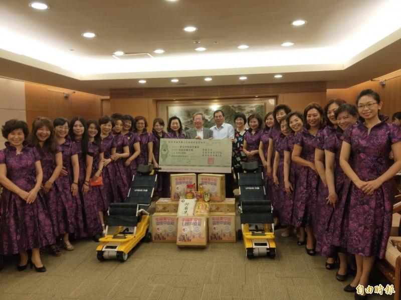 新北市世界華人工商婦女企管協會捐贈新北市府2台爬梯機及560箱區里平安箱,市值約57萬元。(記者何玉華攝)