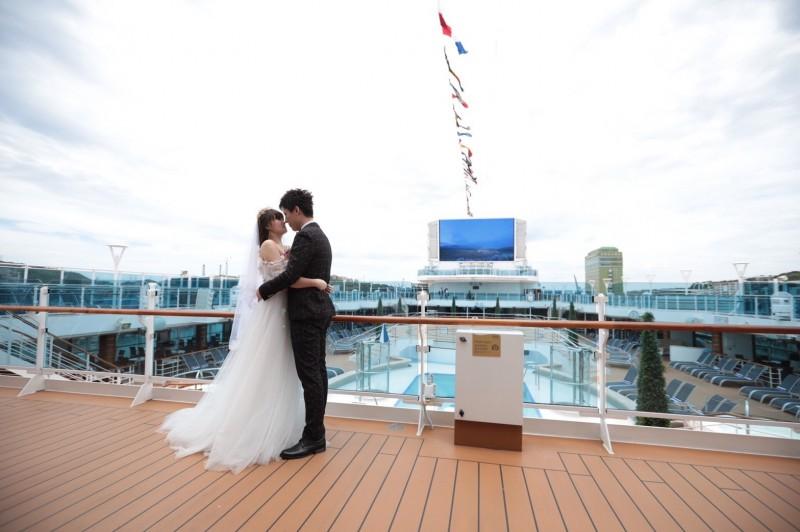 新人在「盛世公主號」郵輪上的露天泳池畔等地拍婚紗,浪漫不已。(基隆市政府提供)