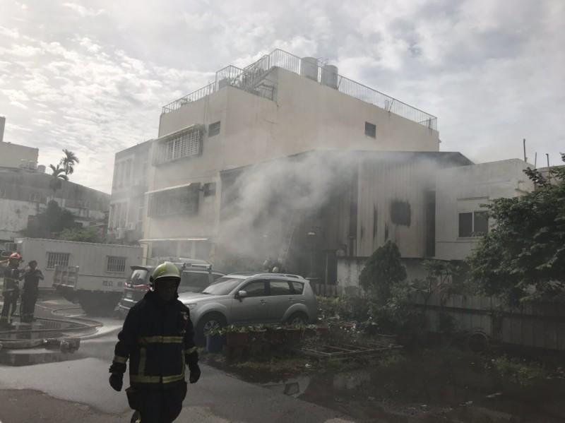 台中市南屯區一家清潔公司下午傳火警,現場濃煙四竄還有刺鼻的味道瀰漫空氣中。(民眾提供)