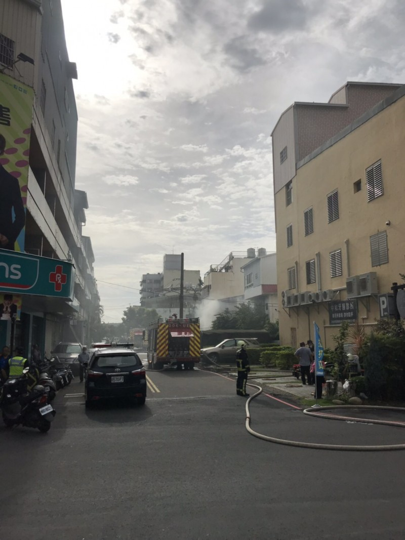 現場濃煙四竄還有刺鼻的味道瀰漫空氣中。(民眾提供)