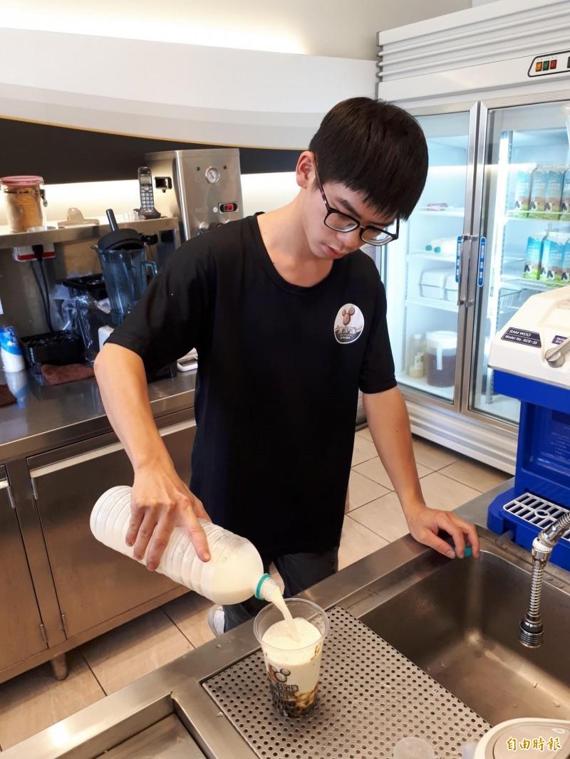 「黑珍珠」店內的豆漿或鮮奶或紅茶,冬瓜茶都是與知名店家契作,其中珍珠豆漿,是很多乳糖不耐症者又愛珍珠的消費者首選。(記者洪美秀攝)