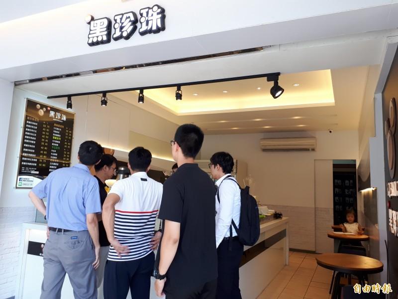 位在新竹市清大夜市街的手搖飲一級戰區內,強調現煮珍珠的「黑珍珠」很受大學生及竹科園區工程師的喜愛,也在一級戰區內獨樹一格。(記者洪美秀攝)