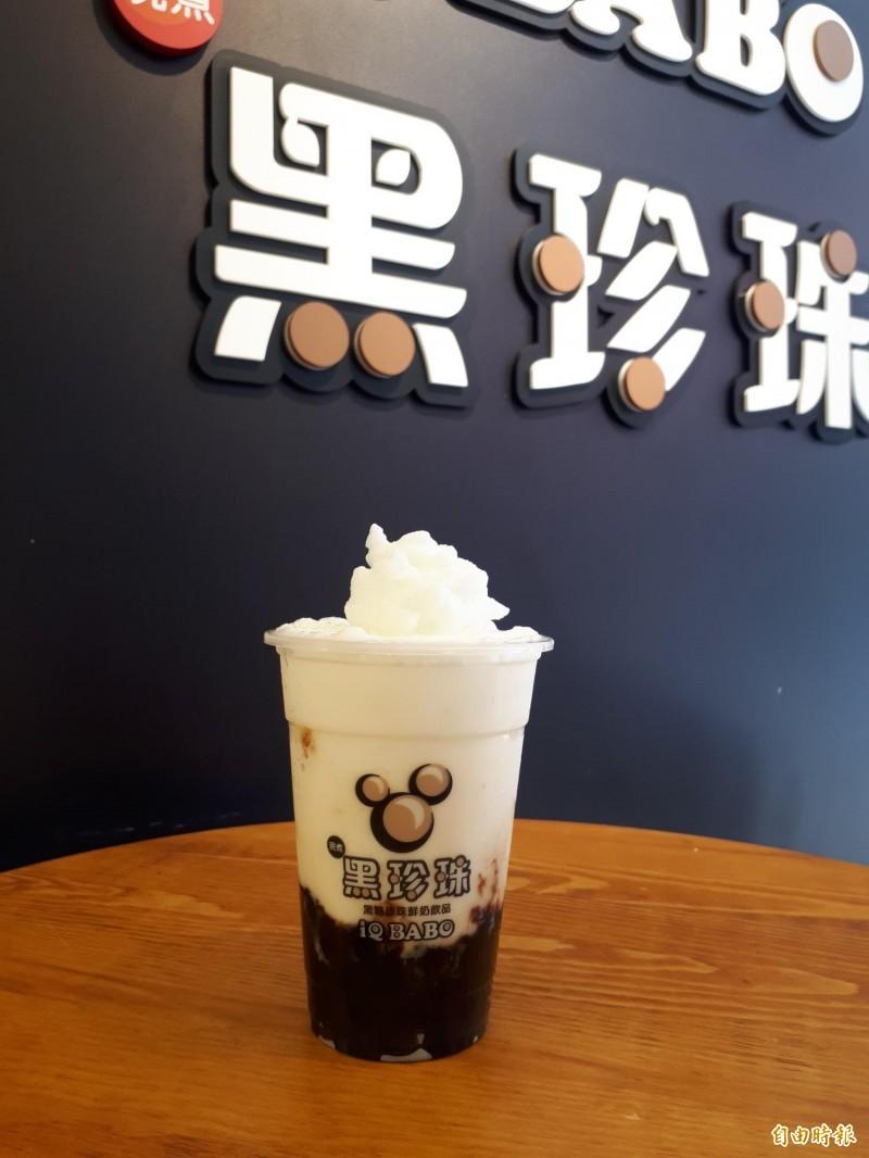 夏天消費者最愛的黑糖珍珠鮮奶冰沙,吃起來爽快天然又Q彈,是年輕人的最愛。(記者洪美秀攝)