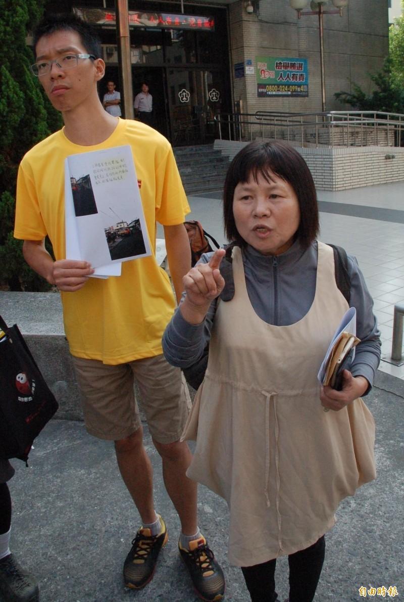 屏東縣議員蔣月惠(右)咬警案,屏東地檢署依妨害公務罪起訴。(記者李立法攝)
