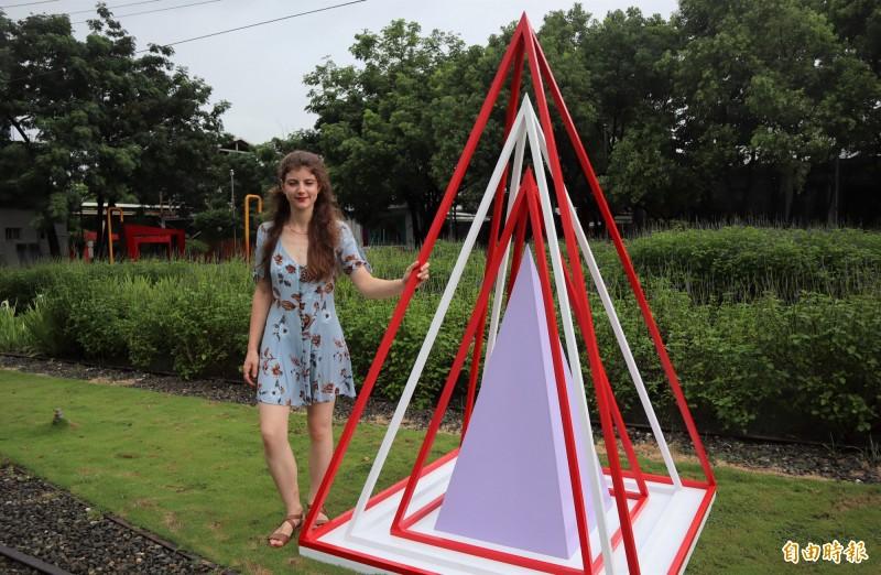 英國藝術家艾蜜莉.湯瑪斯和她創作的戶外藝術裝置群。(記者楊金城攝)