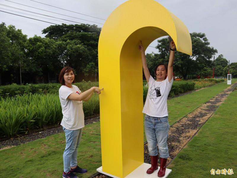 台南蕭壠駐村展《變形》戶外裝置藝術,成遊客拍照景點。(記者楊金城攝)