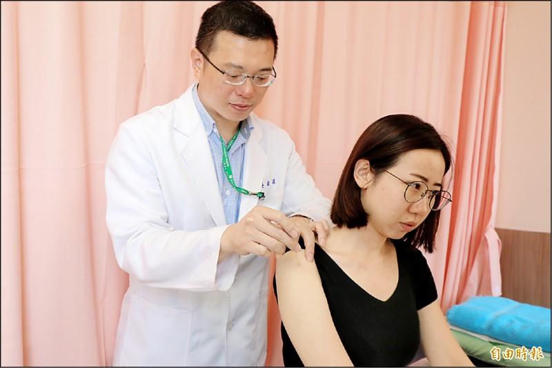 ▲吳俊昌醫師(左)替患者針灸,解決五十肩的困擾;圖為情境照,圖中人物與本文無關。(記者陳建志攝)