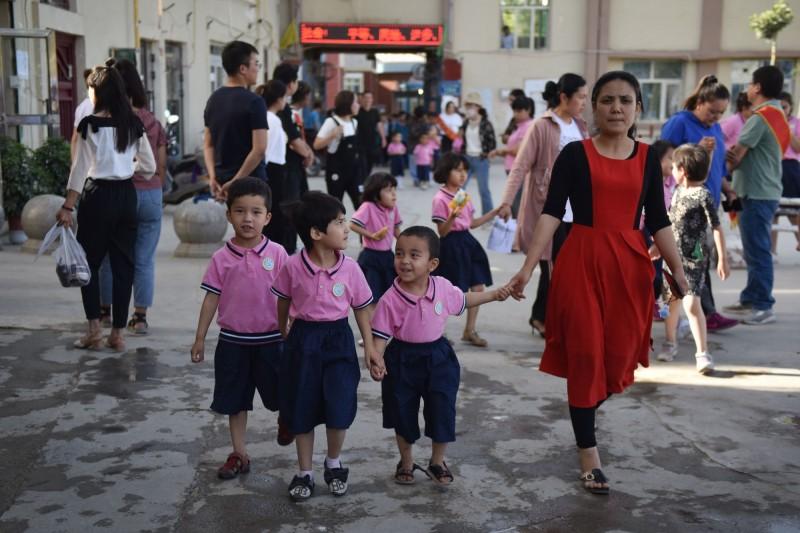 中國將新疆穆斯林兒童與他們的家庭分開,上百名幼童「人間蒸發」,悲痛的父母們對外媒敘述小孩失蹤的情況。新疆兒童示意圖。(法新社)
