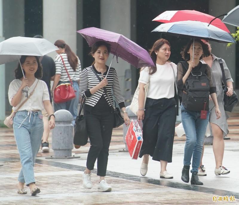 明天(6日)受到西南風持續影響,中南部地區降雨機率高,而各地中午前後天氣較悶熱,提醒民眾外出注意防曬及補充水分。(記者黃志源攝)