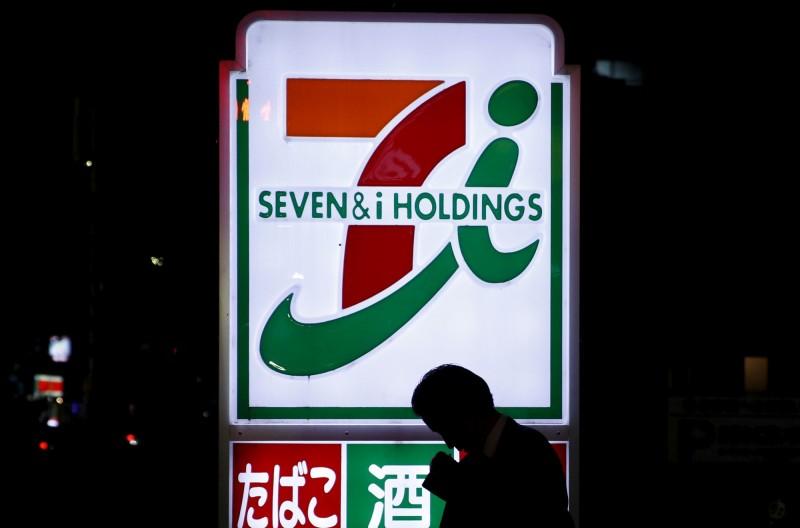 日本7-11本月(7)初推出行動支付App「7pay」,卻傳出用戶遭盜用購買的災情。日本警方日前逮捕到2名中國現行犯,全案仍在偵查中。(資料照,路透)