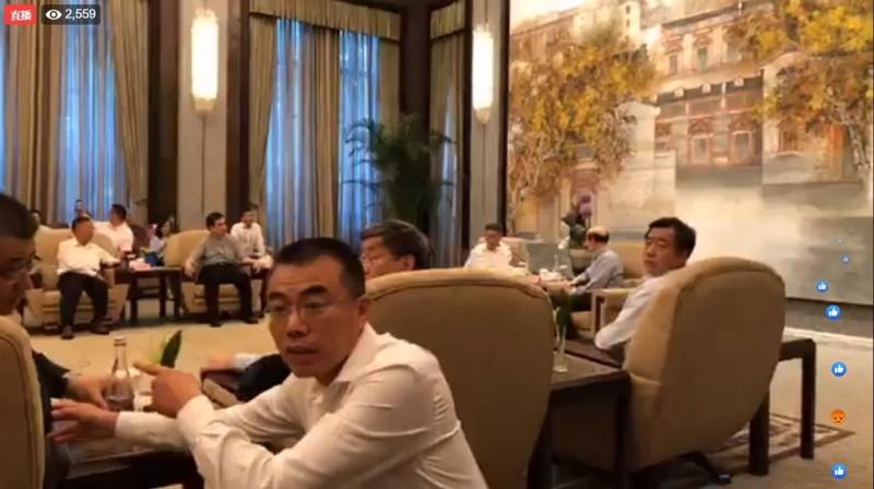 中國人員要求柯文哲幕僚不要直播錄影。(圖擷取自柯文哲臉書)