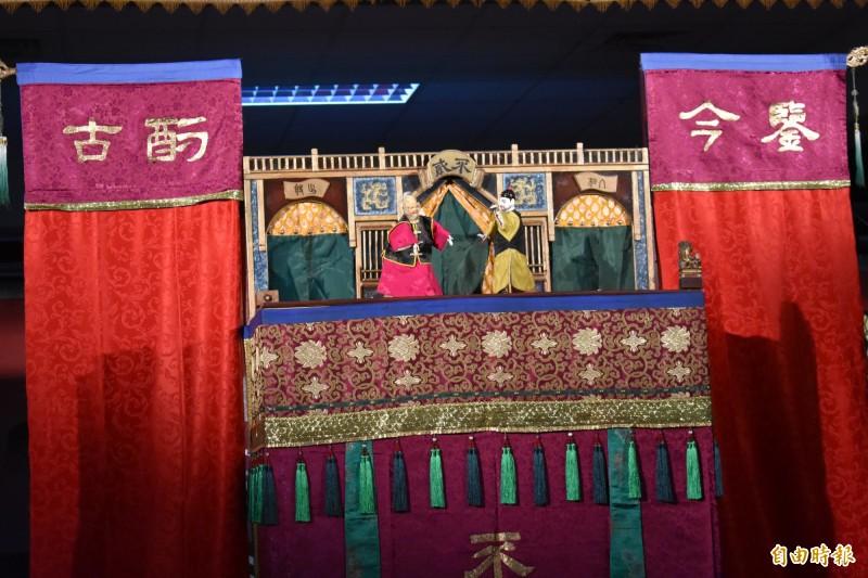 郭建甫以英語和台語雙語示範演出布袋戲,提倡南市寺廟解說「講英語嘛A通」。(記者楊金城攝)