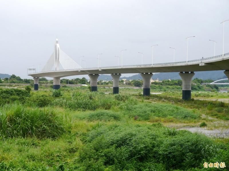 東豐快跨越大甲溪的斷頭橋,成為地方奇觀。(記者張軒哲攝)