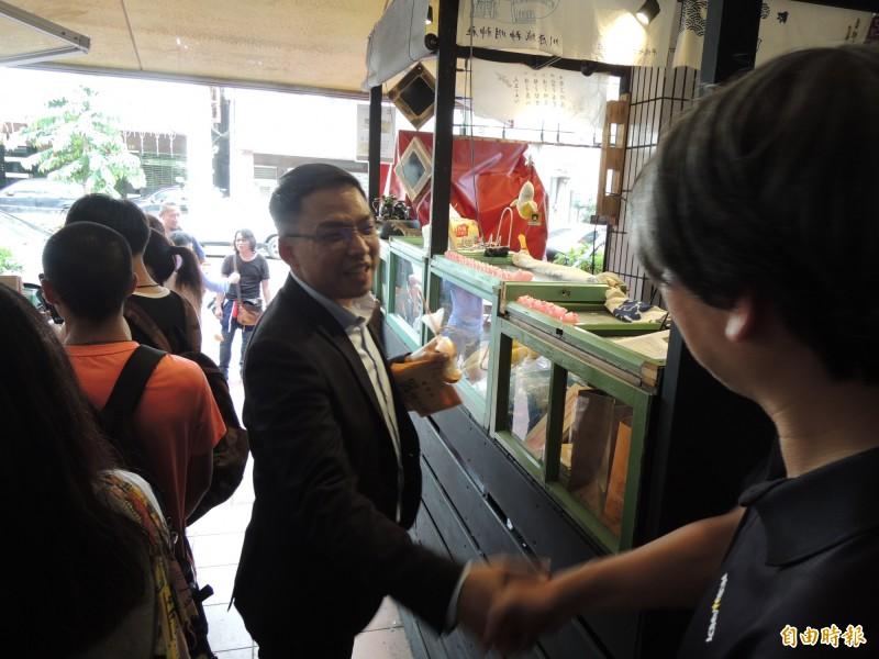 民進黨高市議員黃文益專程到場力挺甜點店家。(記者王榮祥攝)