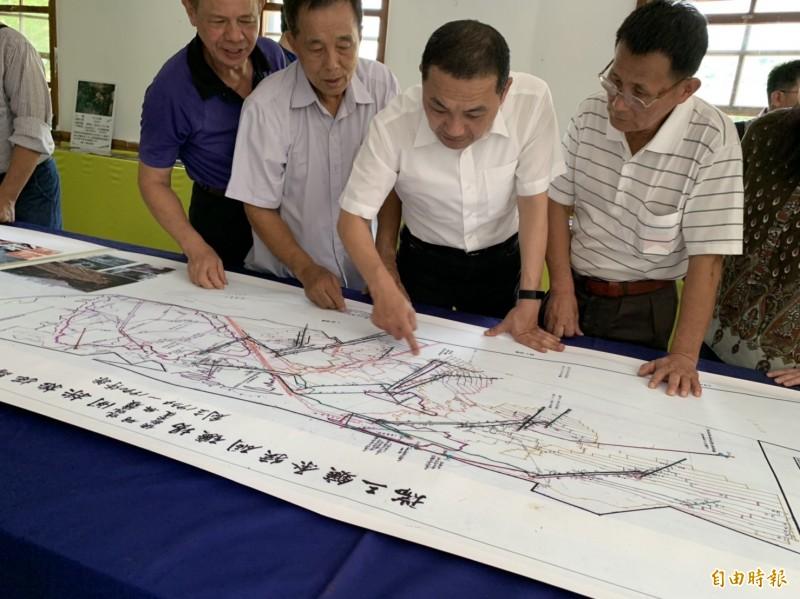 新北市長侯友宜看到早期礦場的採礦地圖,感觸很深。(記者林欣漢攝)