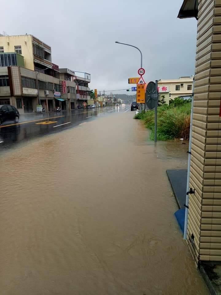苗128縣道遇大雨變黃河,水淹兩百公尺(記者蔡政珉翻攝)(記者蔡政珉攝)