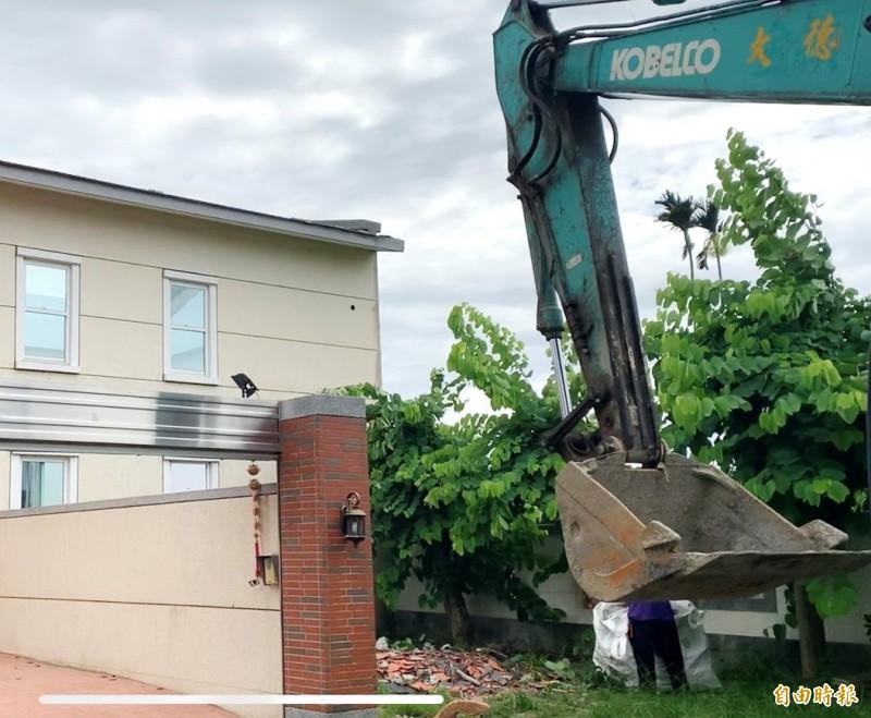韓國瑜夫婦雲林農舍加蓋違建,消息曝光後今天立即雇工拆除。(記者廖淑玲攝)