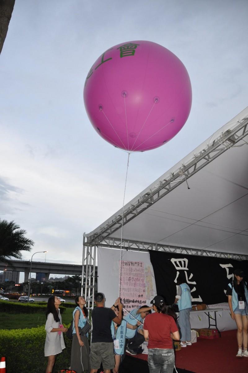 空服員們刻意壓低「反威權」大氣球的高度。(記者周敏鴻攝)