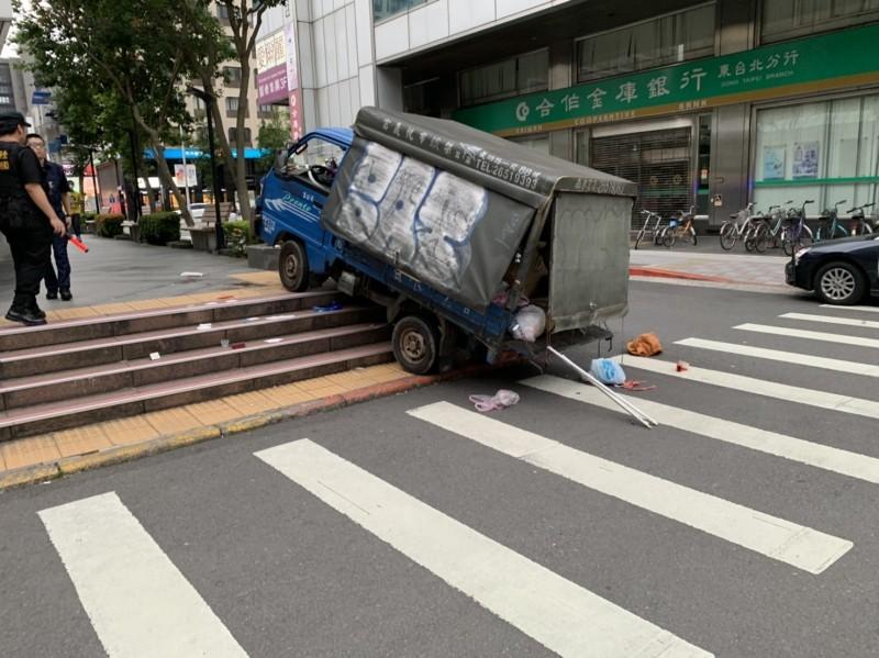 台北市東區傳發生重大車禍,小貨車衝上捷運國父紀念館站1號出口階梯撞傷逛街夫妻,妻子傷重OHCA失去生命跡象,經送醫搶救仍回天乏術,丈夫則是擦傷。(記者邱俊福翻攝)