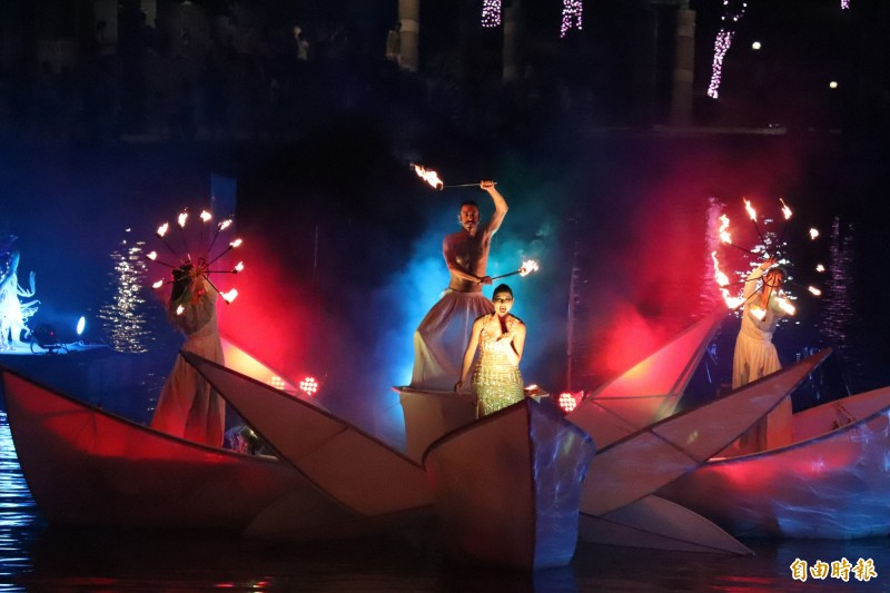「2019宜蘭國際童玩藝術節」今晚舉行開幕典禮,首創以冬山河親水公園泊船池水域為舞台,由「義大利科羅娜劇院」聯合國內表演團隊,帶來夢幻震撼水舞燈光秀等國際級演出。(記者林敬倫攝)