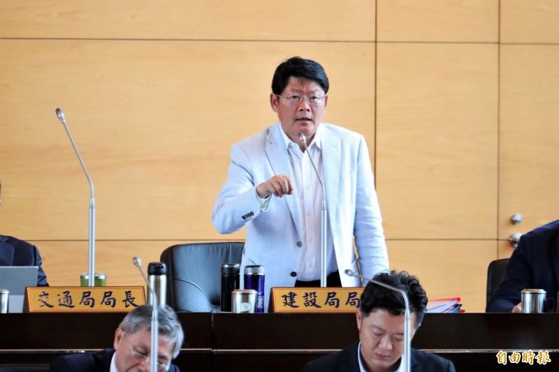 江啟臣批評林佳龍東豐快決策,黃玉霖(圖後)反控江刻意扭曲林市長的努力。(資料照)