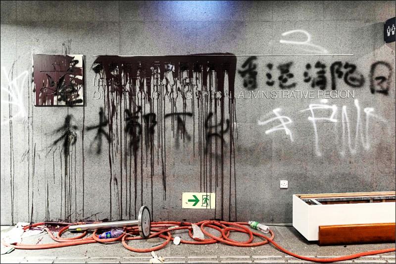 香港七所大專院校學生代表五日公開拒絕接受官方「招安」,不接受在政府不回應訴求及以閉門方式的情況下,與特首林鄭月娥會面。圖為反送中抗議人士在香港立法會外牆上寫下「林鄭下台」等抗議字句。(彭博)