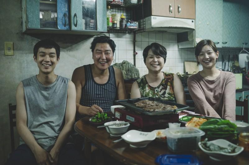 崔宇植(左起)、宋康昊、張惠珍、朴素丹在《寄生上流》飾演全是無業遊民的一家四口。(CatchPlay提供)
