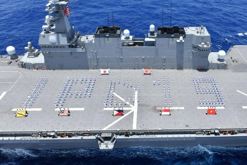 日本海上自衛隊主導「印度太平洋部署2019」聯合演習,過程中日本、汶萊、馬來西亞、菲律賓、新加坡、越南各國官兵在出雲級護衛艦「出雲號」上合影。(圖擷自Japan Maritime Self-Defense Force臉書)