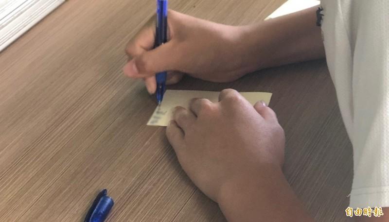 日本一名國三生日前疑似因遭受霸凌,身心俱疲下自家中墜樓身亡。據悉,其生前曾有同學以便條紙向導師求救,卻被老師通通丟掉。圖為紙條示意圖。(資料照)