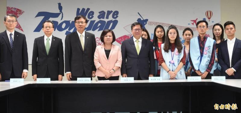 在勞動部長許銘春(左4)、桃園市長鄭文燦(左5)見證下,長榮勞資雙方簽訂團體協議。(記者方賓照攝)