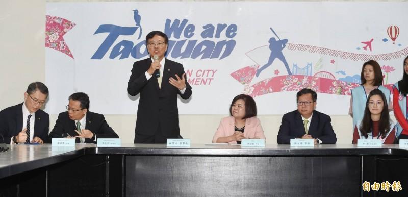 長榮航空董事長林寶水(左3)表示,既然已經簽了團體協約,大家就趕快回來吧!重新為公司打拚,希望這段時間大家的辛苦,在未來在公司大家可以更好、更團結!(記者方賓照攝)