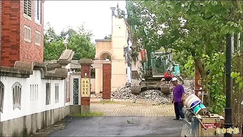 李佳芬僱請工人及怪手拆除違建。(記者廖淑玲攝)