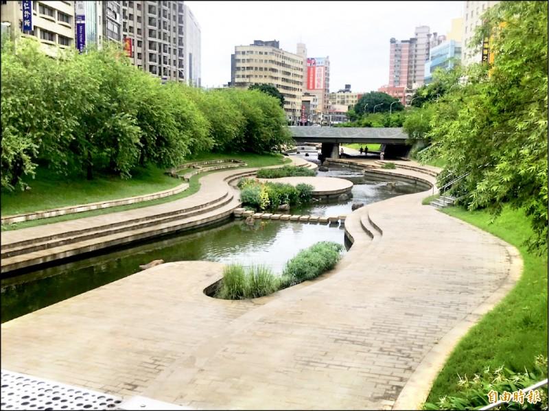 柳川水岸風華不再,街道寂寥,遊客稀疏。 (記者黃鐘山攝)