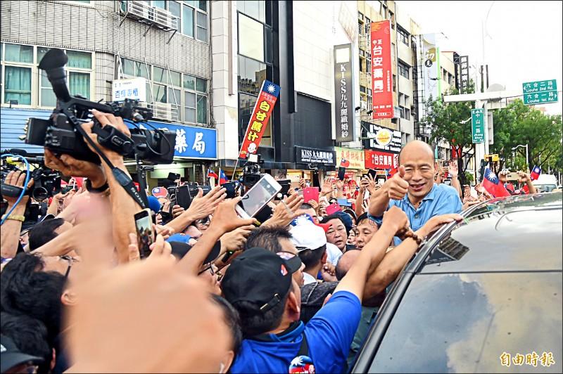 國民黨總統初選電話民調明天啟動,盛傳綠營支持者要灌票給高雄市長韓國瑜,「因為韓國瑜好打」。圖為韓國瑜昨快閃六合夜市。(記者王榮祥攝)