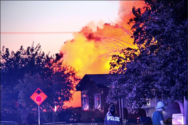 鄰近震央的里奇雷斯特鎮則火警頻傳。(路透)