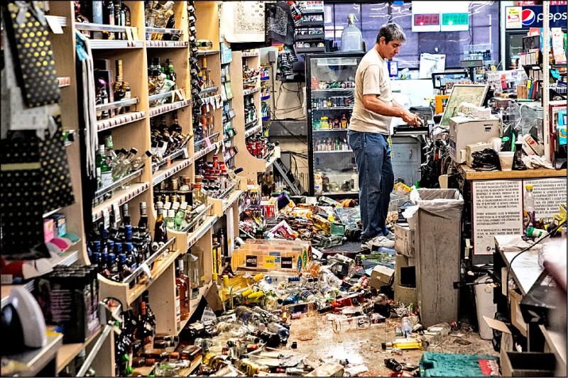 商店商品掉落地面一片狼藉。(歐新社)