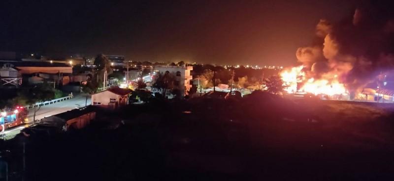 高雄市湖內區中正路2段一處塑膠鐵皮倉庫,6日深夜發生火警,火勢一發不可收拾,現場烈焰衝天、黑煙密佈,距離10幾公里外還看得到熊熊大火。(翻攝自臉書「湖內人大小事」)